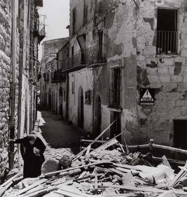 Anziana donna tra le rovine di Agrigento, 17-18 luglio 1943 (Photograph by Robert Capa. © International Center of Photography/Magnum – Collection  of the Hungarian National Museum)