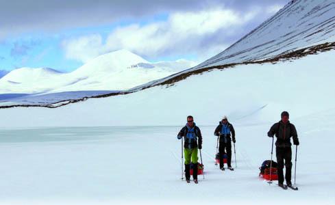 Trasporto degli zaini da viaggio trainati durante gli spostamenti con gli sci (ph. M. Tomaselli)