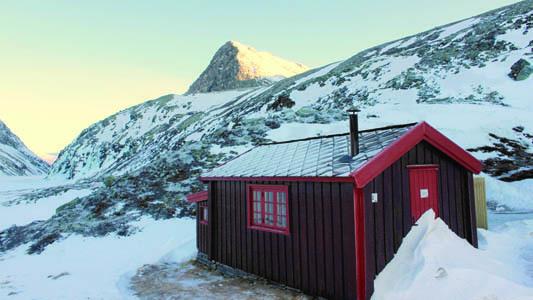 Piccolo locale invernale del rifugio Rondvassbu e sullo sfondo il lago ghiacciato di Rondevatnet (ph. M. Tomaselli)
