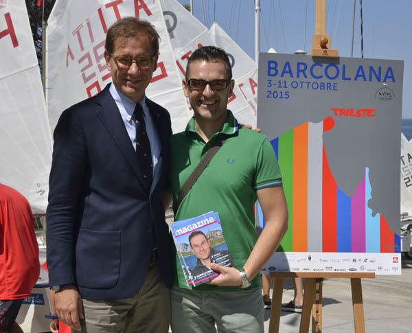 Il presidente della Società Velica Barcola e Grignano, Mitja Gialuz, assieme al caporedattore di iMagazine, Andrea Doncovio davanti al manifesto ufficiale della Barcolana 2015 (ph. Claudio Pizzin)