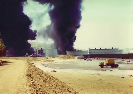 Una foto dell'incendio seguito dell'attentato all'oleodotto di Trieste del 4 agosto 1972