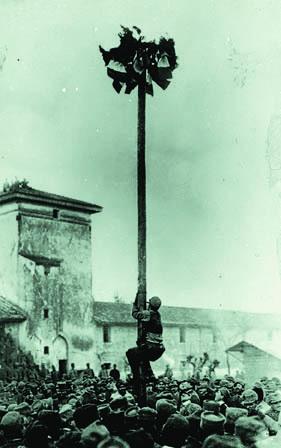 """Turriaco 1916, a Sud di Villa Priuli. """"Cuccagna"""" al fronte fra soldati (Foto Archivio Circolo Brandl -Turriaco)"""