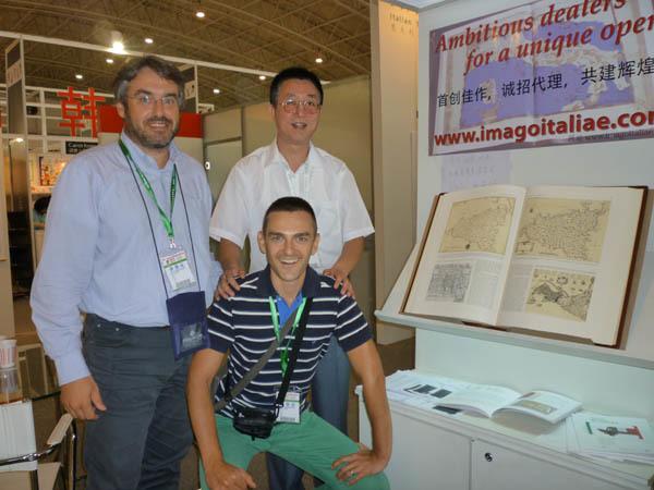 Il direttore di iMagazine, Andrea Zuttion (in piedi), il caporedattore Andrea Doncovio, e l'interprete Yang Jie
