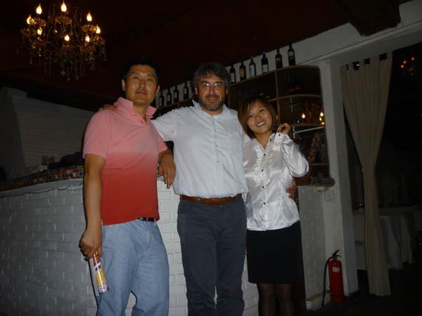 Il direttore di iMagazine, Andrea Zuttion, tra Bao Feng e Du Li