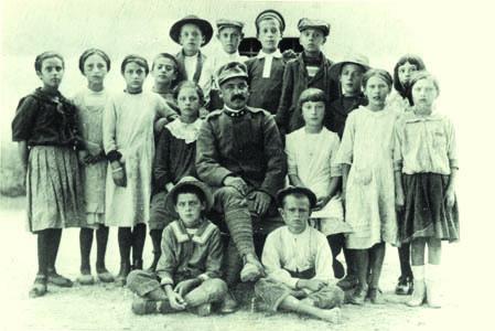Turriaco, 1916. Classe IV elementare mista con maestro militare italiano (ph. Archivio Circolo Brandl - Turriaco)