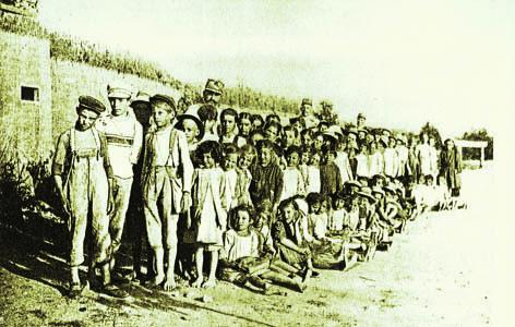 Turriaco, 1917. Causa i bombardamenti le scuole furono trasferite nelle trincee sul Pascul, fuori paese (ph. Archivio Circolo Brandl - Turriaco)