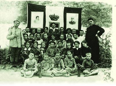 Pieris, 1916. Classe mista con parroco e maestro militare (ph. Fototeca Comunale - San Canzian d'Isonzo)