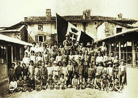 Mariano, 1916. Gruppo di alunni con maestri soldati all'educatorio estivo (ph. Archivio Circolo Brandl - Turriaco)
