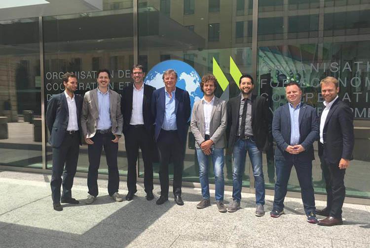 I membri del Comitato Giovani della CCIAA di Udine fuori dalla sede dell'OCSE a Parigi (ph. CCIAA UD)