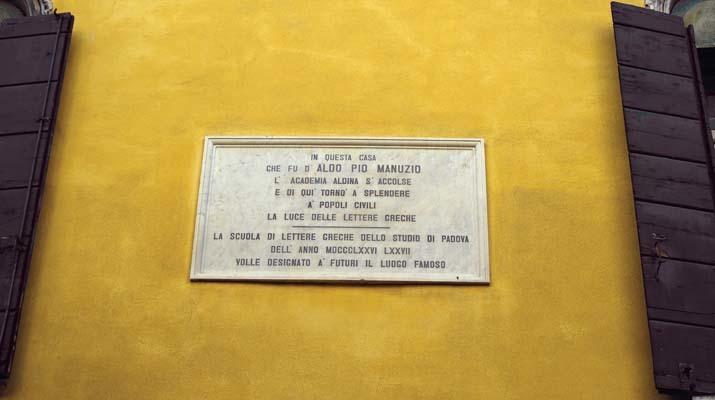Venezia, murata sulla facciata di un palazzo, una lapide ricorda la figura di Aldo Manuzio (ph. V. Veronesi)