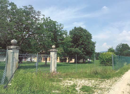 """La rete di recinzione che ha sostituito il vecchio muro per il """"contenimento"""" degli ospiti"""
