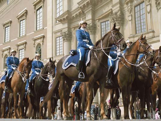 Guardie reali a cavallo di fronte all'ingresso del Palazzo Reale (ph. Staffan Eliasson)