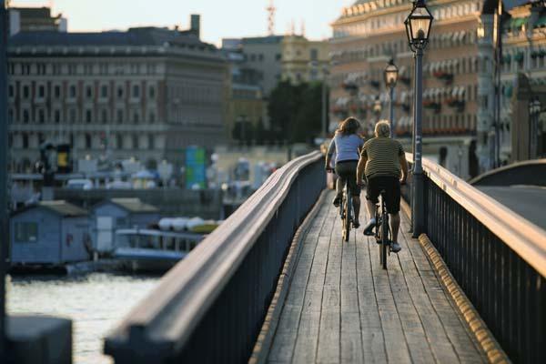 In bici alle prime luci del mattino (ph. Henrik Trygg)
