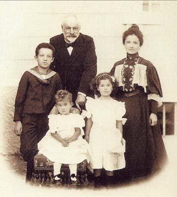 Il conte Ceconi assieme alla contessa Giuseppina Novak e ai figli Mario, Magda e Maria (ph. Archivio Ceconi)