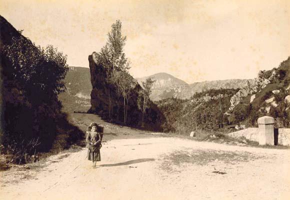 """L'imbocco della strada Val d'Arzino al ponte di Flagogna (foto su gentile concessione della Biblioteca """"Joppi"""" di Udine)"""