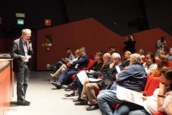 Marco Cogato parla alla platea (ph. C. Pizzin)