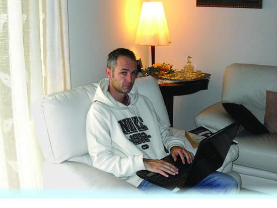Gianni Tuniz mentre scrive al pc