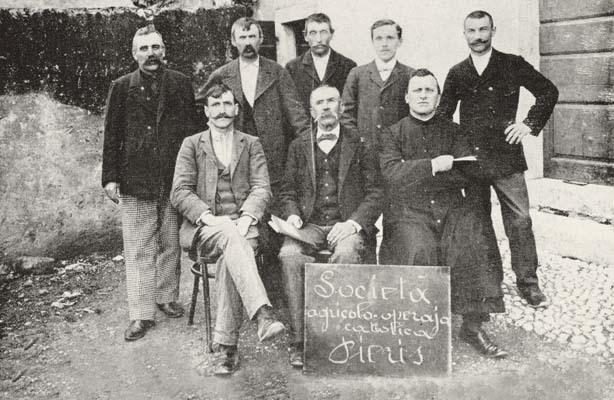 Pieris, prima del 1915. Don Beniamino Bianche con un gruppo di collaboratori