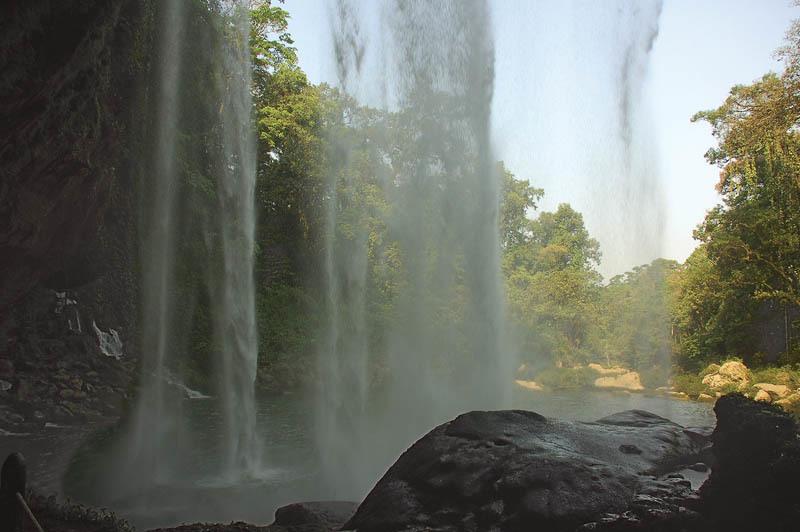 La cascata di Misol Ha fotografata lungo il sentiero panoramico che conduce i turisti proprio sotto il precipizio dell'acqua