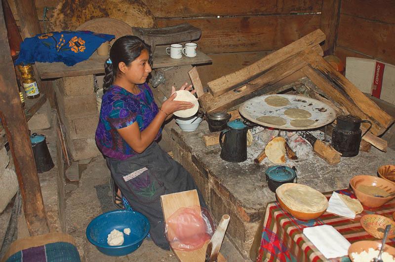 Donna messicana intenta a preparare le tradizionali tortillas