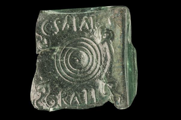 (I-II d. C) Frammento di fondo di bottiglia soffiata con il marchio epigrafico a rilievo C.SALVI /GRATI reperto appartenente alla collezione del MAN (© G. Baronchelli /Museo Archeologico Nazionale di Aquileia)