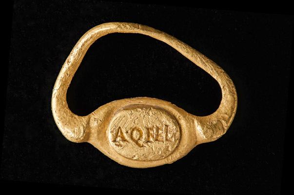 """Anello con la scritta """"A.Q. FEL"""" in oro datato III d. C., reperto aquileiese appartenente alla collezione del MAN (© G. Baronchelli /Museo Archeologico Nazionale di Aquileia)"""