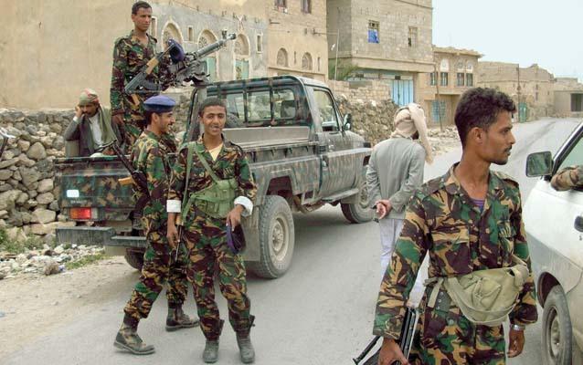 La scorta armata nella tappa che conduce a Shaharah (ph. M. Tomaselli)