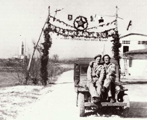 """San Pier d'Isonzo, marzo 1946. I caporali dell'Esercito inglese, Sullivan e Jones, posti davanti dell'arco di Tito (foto tratta da """"Le gazzelle fra i bisiachi"""" di Massimo Mangilli Climpson - Turriaco 1991)"""