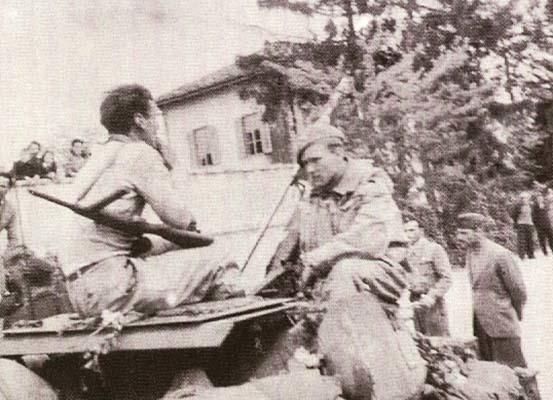 Ronchi dei Legionari, 1 maggio 1945, ore 14-14.30. Carrista neozelandese dialoga con un partigiano (foto C. C. M.)