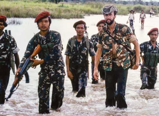 Grilz in Cambogia nel 1984 con i khmer rossi (ph. Archivio A. Grilz)