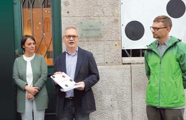 Pietro Comelli (con in mano la pubblicazione su Almerigo Grilz) e Andrea Vezzà (ph. Andrea Lasorte)
