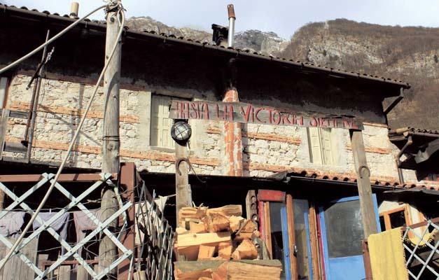 Pozzis, la casa del Cocco con il cartello Hasta la victoria siempre (ph. M. Tomaselli)