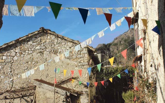 Moggessa di Qua con le bandierine tibetane (ph. M. Tomaselli)