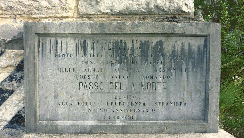 Il Passo della Morte a Forni di Sotto; la lapide ricorda la battaglia risorgimentale che qui si svolse tra fornesi e truppe austriache il 24 maggio 1848