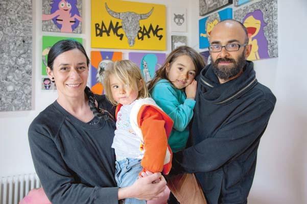 Sergio Scalet, e Nadia Squarci con le due figlie. Una coppia di creativi pubblicitari ed artisti che dal 2014 vivono a Oltris (ph. Igino Durisotti)