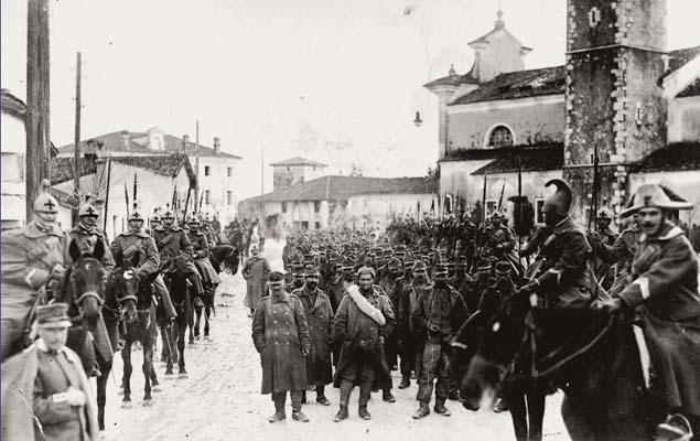 Turriaco, novembre 1916. Il generale Domenico Grandi, in posa con una colonna di prigionieri austro-ungarici per una foto di propaganda