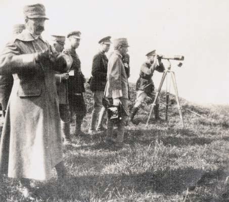 Osservatorio Colle di Medea, 2 luglio 1916. Il re Vittorio Emanuele III e il principe del Galles scrutano con i cannocchiali il fronte carsico