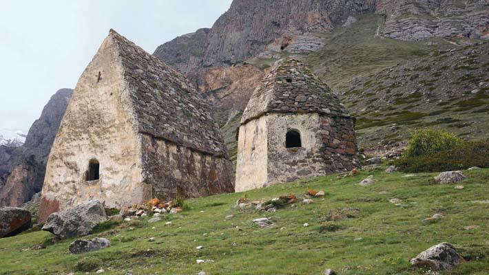 Le tombe del XII secolo di Eltyubyuantico, villaggio del popolo Balkar (ph. M. Tomaselli)