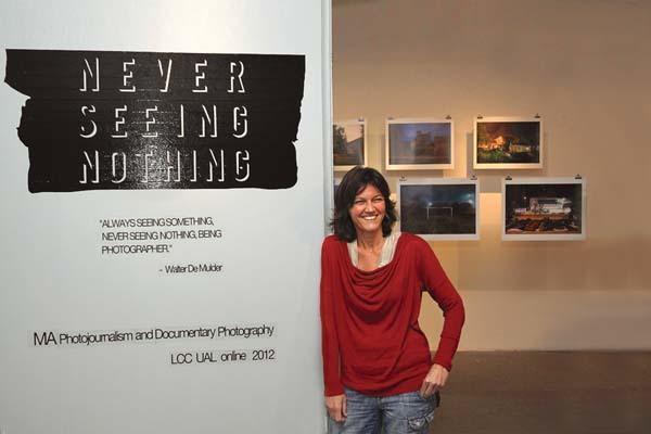 Lara Ciarabellini durante la mostra fotografica di fine master a Londra