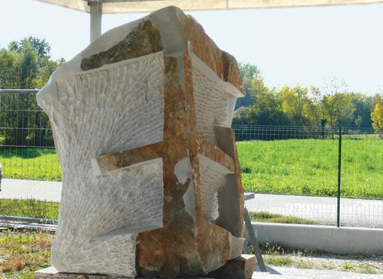 Il retro del monumento dov'è rappresentato l'irradiarsi dell'onda d'urto verso la struttura che ospitava i militari italiani a Nassirya