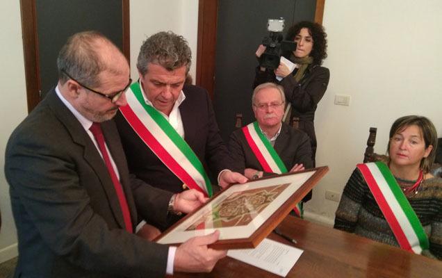 Il sindaco Martines consegna la stampa della città di Palmanova al Prefetto (ph. Comune di Palmanova)