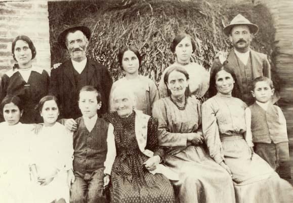 La famiglia di Maria Bacchilega (la prima da sinistra in alto), moglie di Matteo, al tempo della Prima guerra mondiale (ph. A. Spanghero)
