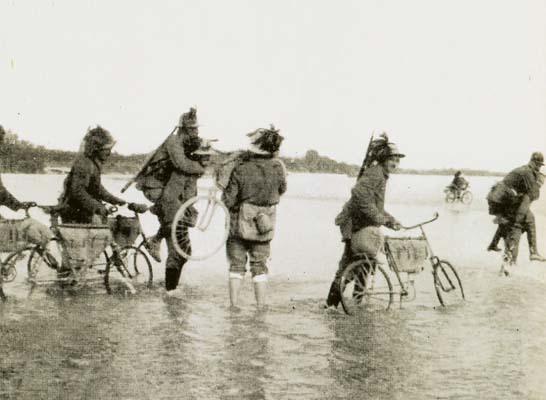 Turriaco luglio 1915. Bersaglieri ciclisti guadano l'Isonzo (ph. A. Spanghero)