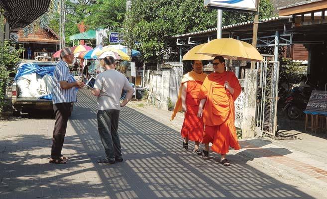 Monaci thailandesi a passeggio (ph. Bruno Soppelsa)