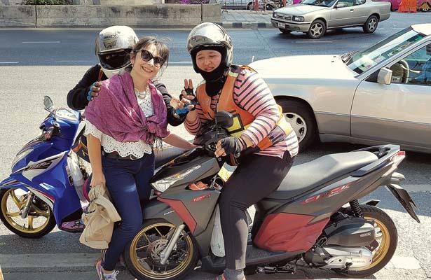La nostra inviata Margherita Reguitti con il conducente di un moto-taxi (ph. Bruno Soppelsa)