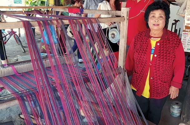 Tessitrice di stoffe tipiche del nord della Thailandia (ph. Bruno Soppelsa)
