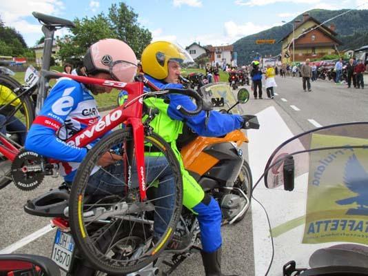 Pit stop dei meccanici al Giro d'Italia (ph. Motostaffetta Friulana)