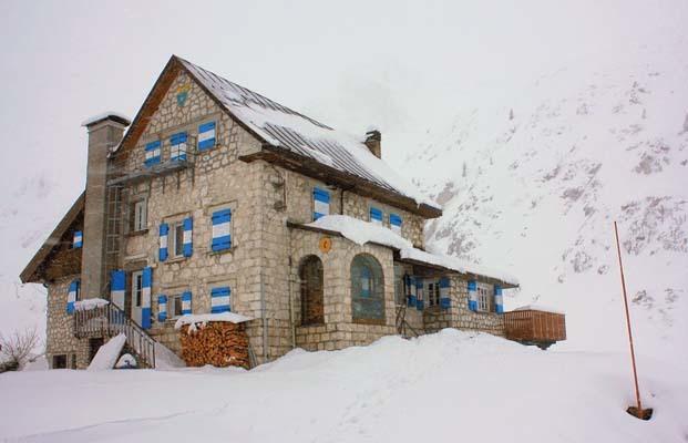 Il rifugio Gilberti sotto la neve (ph. Michele Tomaselli)