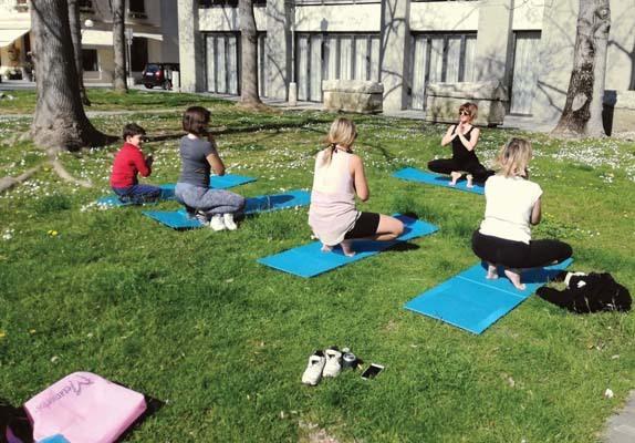 Stefania Sacco mentre dirige una lezione di yoga all'aperto