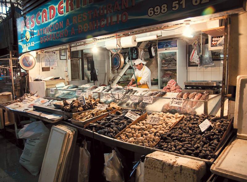 Banco del pesce nel mercado central di Santiago (ph. C. Pizzin)